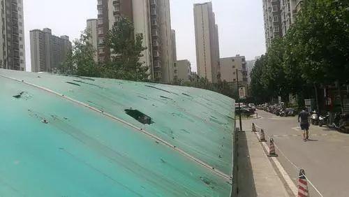 小夫妻吵架从31楼丢包、丢锅铲!楼下一老太被吓到心脏病发作……