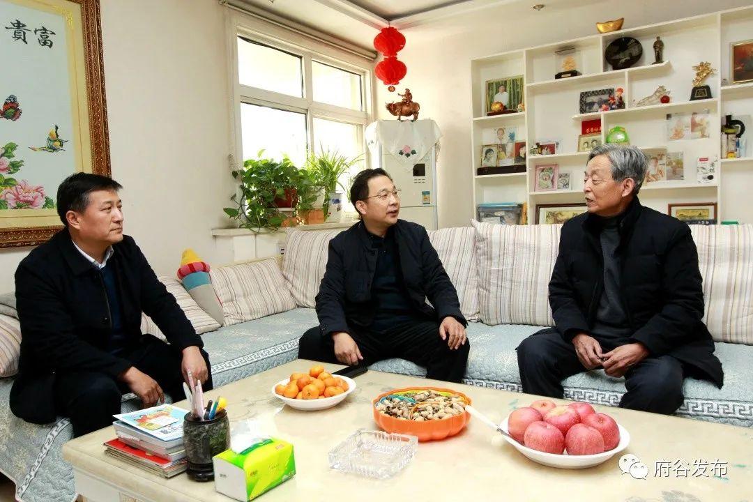 李新功看望慰问老干部、老党员和生活困难群众