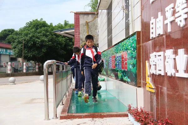 """泸州市某小学门口设""""洗鞋池"""",学生不进校门先洗鞋?"""