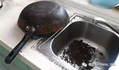 """炒菜锅用久了,底下黑垢顽固只需一杯""""饮料"""",旧锅立马变新锅"""