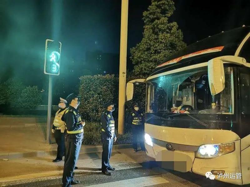 """拼了!泸州执法人员深夜追踪100公里逮住""""三无黑大巴"""""""