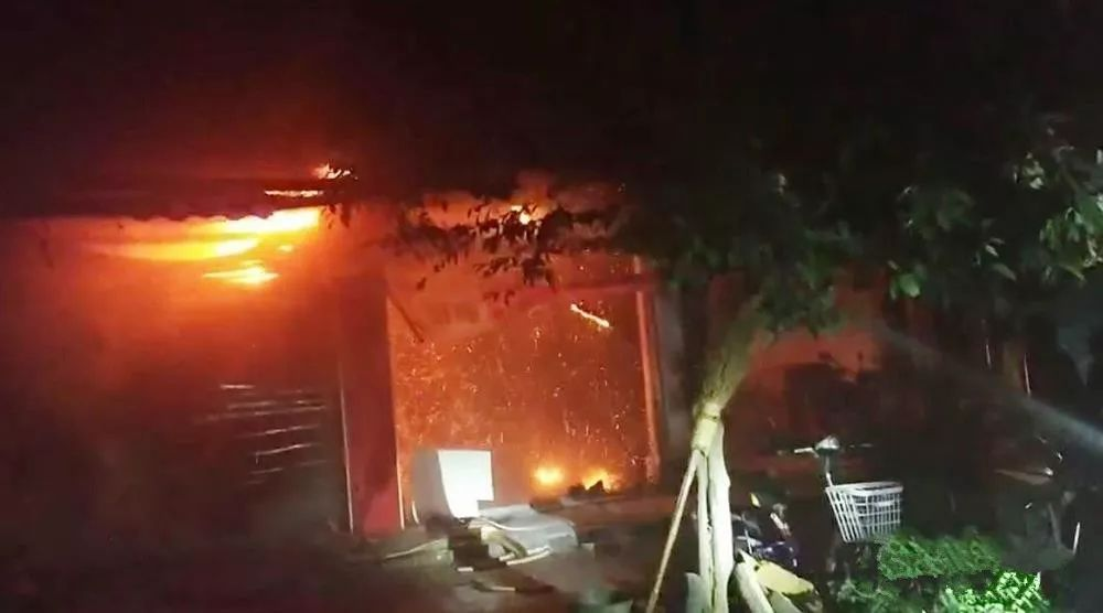 泸州一电瓶车门市凌晨起火,造成损失20余万元!