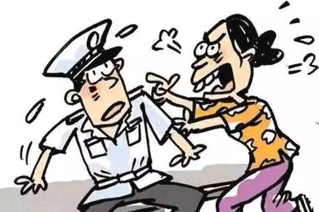 【城事】白城一女子醉酒后在路中�g打�L撒��,被民警��制�щx!