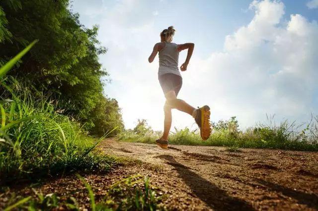 人老腿先衰!这6种行为正在慢慢毁掉你的膝盖!