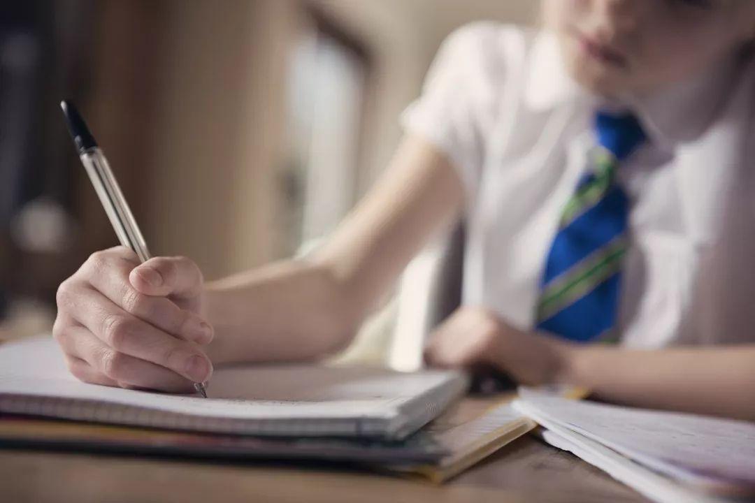 """""""陪娃写作业""""又升级!因为一道数学题,夫妻大打出手,妈妈被打成重伤…"""
