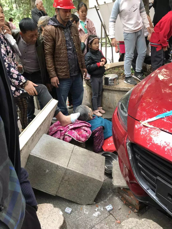 ?宜宾女司机又出事了!开车冲上花台,撞伤多人!