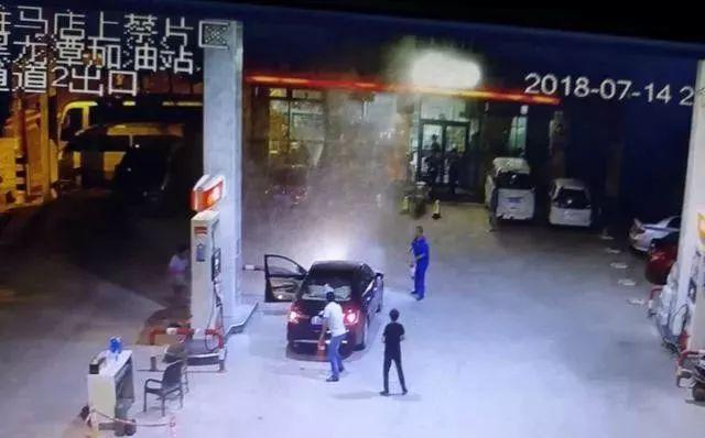 惊险!中石化上蔡黑龙潭加油站车辆加油站内自燃,加油员两分钟内化险为夷!