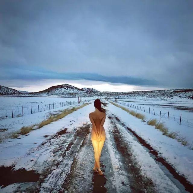 她全裸环游世界,拍下数千张裸体,只为告诉人们…