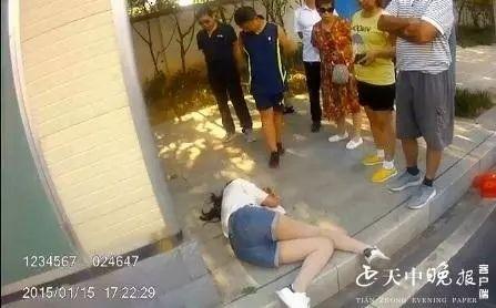 新蔡一女孩喝�r�毒�l,在�P��山路口被�v�R店�o警遇到......