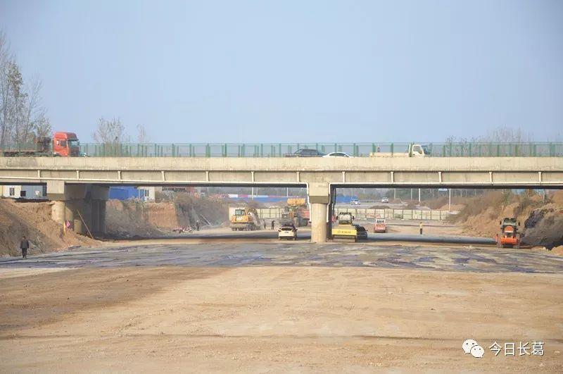 11月15日,机场快速通道通车!长葛到新郑机场仅需20多分钟!10日碎石层铺设完毕,11月13日油面