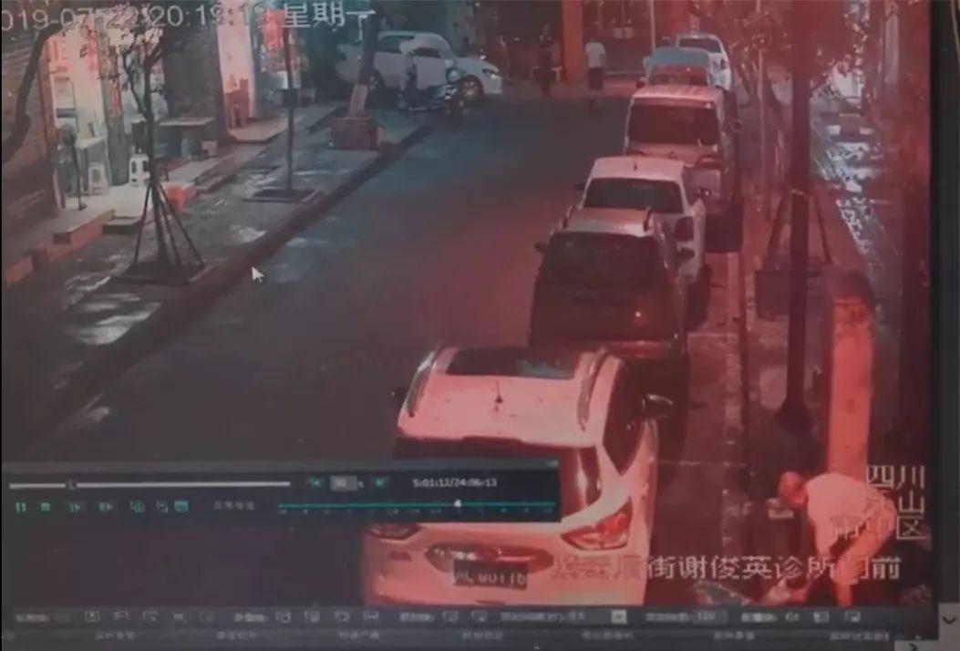 曝光!�飞揭徊惋�店老板偷偷�A倒餐�N污水,�O控拍下全�^程!
