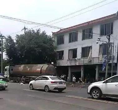 惊!牛华镇一空罐车突然炸裂,两人受伤