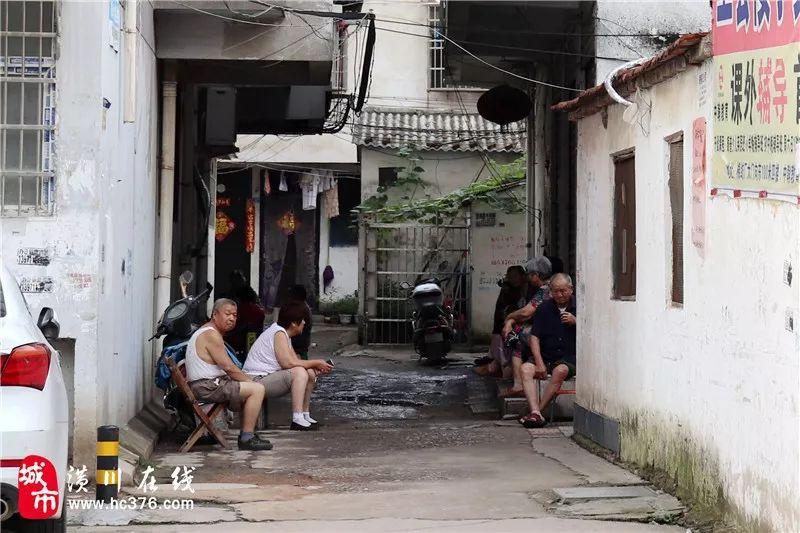 网友爆料:潢川棉纺厂社区内有居民常年露天倒尿盆,气味难闻到...