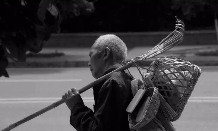 """【励志】南部双目失明老人用巧手""""编织""""励志人生"""