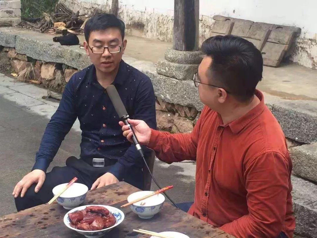 """【扶贫带头人】金寨彭涛,发展""""黑毛猪"""",带领乡亲致富!"""