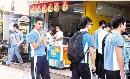 【城事】曝光!白城某学校门口超市竟然偷偷卖散烟给学生,家长众怒,无奸不商!