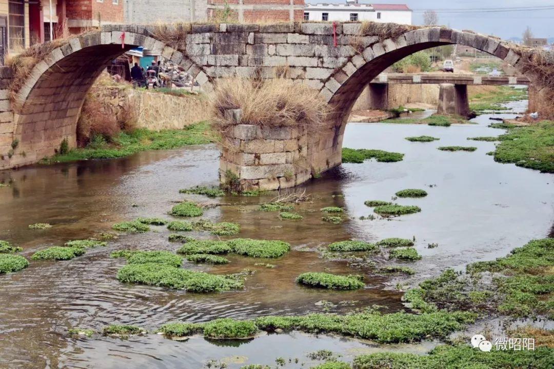 北闸邓子万亩果园旁有座桥很坚强