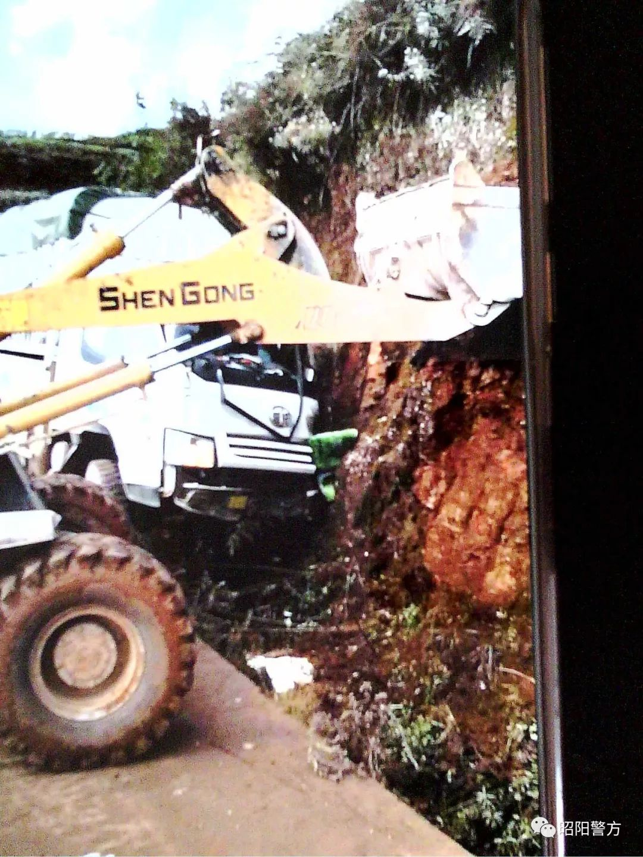 惨!货车司机把车开到了沟里了!