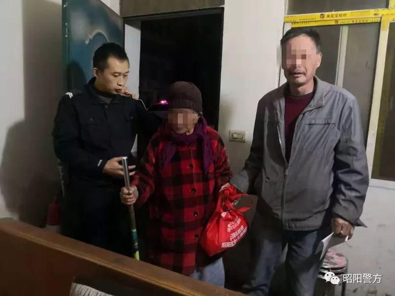 出租车司机把一位85岁的老人送到了派出所