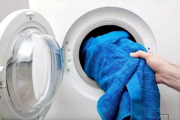 洗衣机右下角小门里有秘密,打开后污水哗啦啦流,衣服洗的更干净