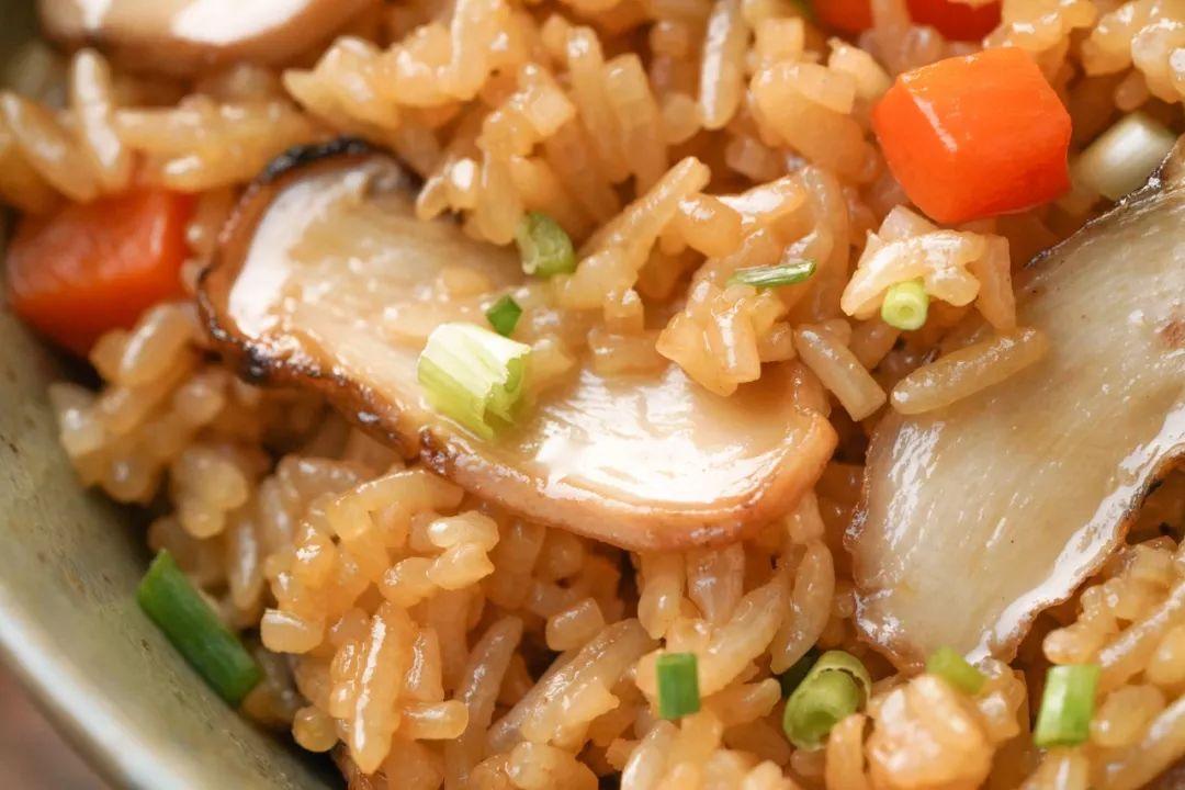 电饭煲菜谱丨上好的松茸拿来焖饭,奢侈的感觉真爽!