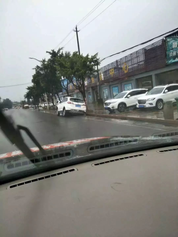 夹江一越野车开到路边后,雨天开车需谨慎。