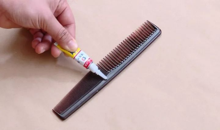 头发总是缠着扫把?教你一招,不用手就能清理干净~