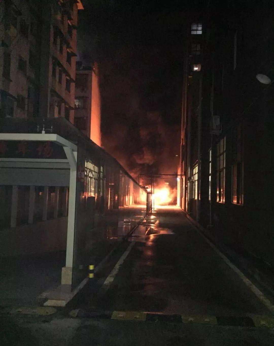 视频:信阳一小区突发火灾,30多辆电瓶车被烧毁…