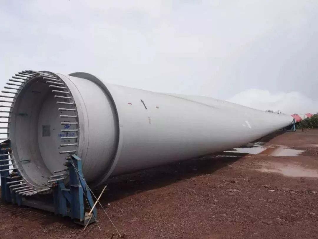 古蔺:风力发电机叶片正在安装,一片叶子重12吨!