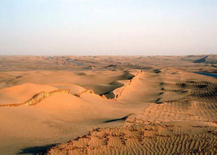 位于新疆的中国最大沙漠腹地有连片的湖泊群,风景超美,每天限制最多可进30人!