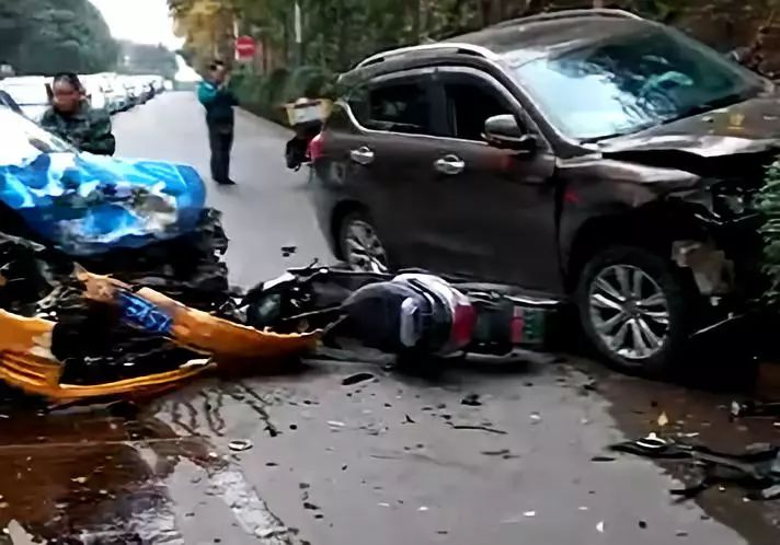 泸州爱丁堡附近发生惨烈车祸,司机欲逃离,市民大喊不要跑