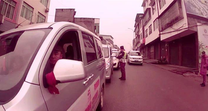 泸州一女司机强行闯关,涉嫌阻碍执行职务被拘留