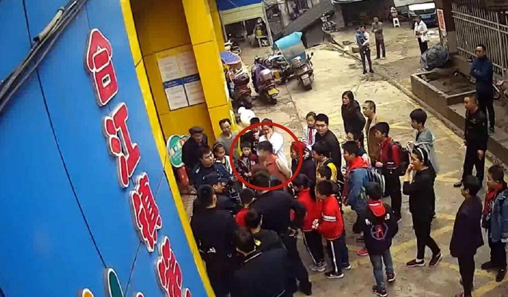 女子幼儿园门口撒泼,扰乱单位秩序被处罚