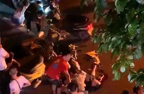 泸州两摩托?#23548;菔辉?#37202;后飙车相撞,现场很惨烈……