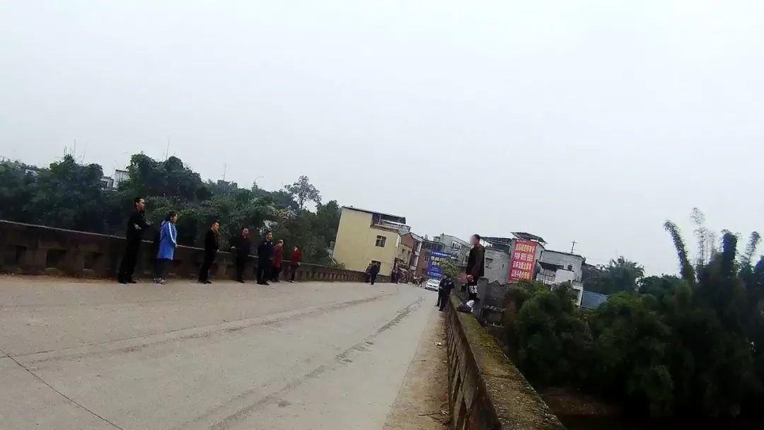 泸州男子因考试成绩不佳欲跳桥,幸被民警成功救下