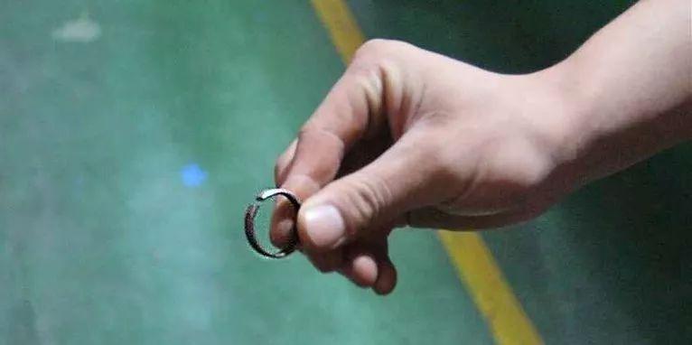 泸州少年误把钢圈当戒指,手指差点没保住!