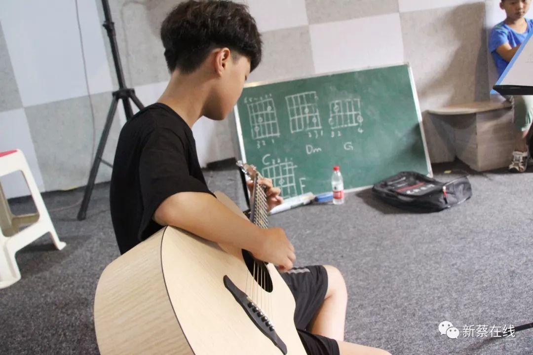 【走近】新蔡十二�q少年歌者:想把我唱�o你�