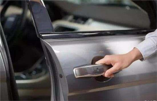 @高州人:再有人用力关你车门,别不好意思说!让他看看这个视频