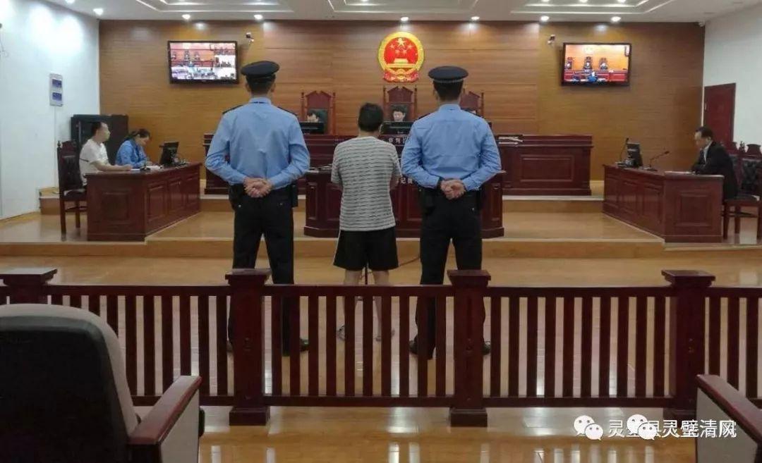 """【警钟】这名警察充当""""保护伞""""被判刑8年半…"""