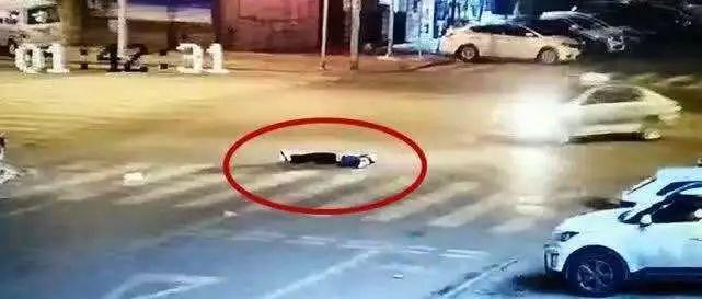 两男子马路中央厮打,一人被打倒在地,没想到…悲剧发生了!