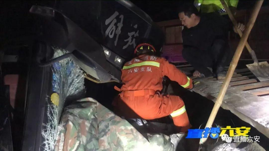 凌晨3点,三辆货车连环相撞!驾驶员被困...附视频