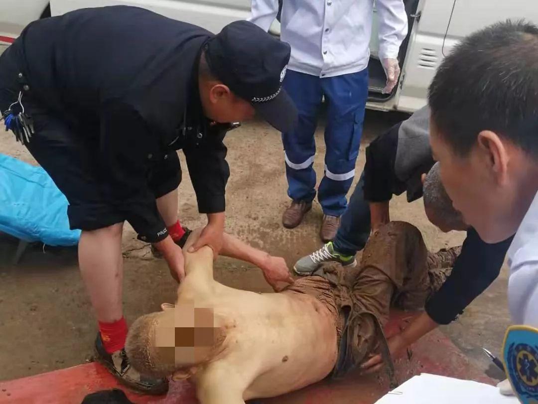 泸州老人摔入泥坑冻了一夜,被民警找到时已成泥人