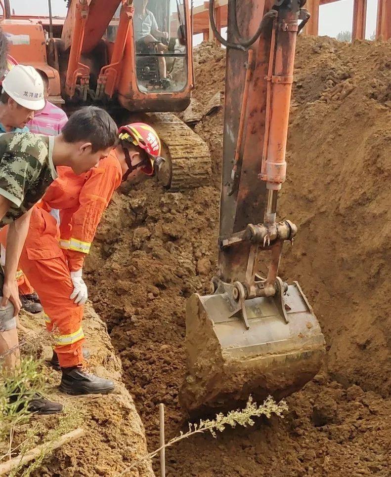 奇迹!安徽一工地塌方!男子深埋淤泥20分钟生还!