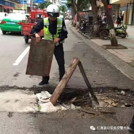仁寿这里路面严重破损,交警举止让人点赞!