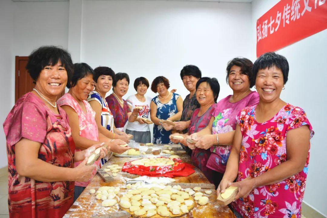 龙泉街道:剪窗花做巧果弘扬七夕传统文化