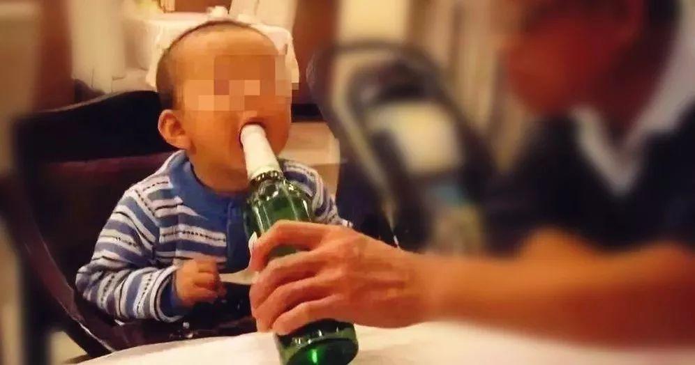 13岁男孩被亲爸灌下2两白酒,全身滚烫神志不清…家长们,可长点心吧!