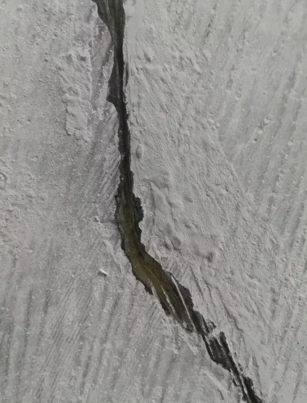 泸州这个楼盘几乎整栋楼地板天花板都有裂缝,看着太吓人了!