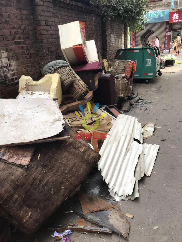 纺织街中段,一条巷子里沿路摆满了全是垃圾,太恼火了。