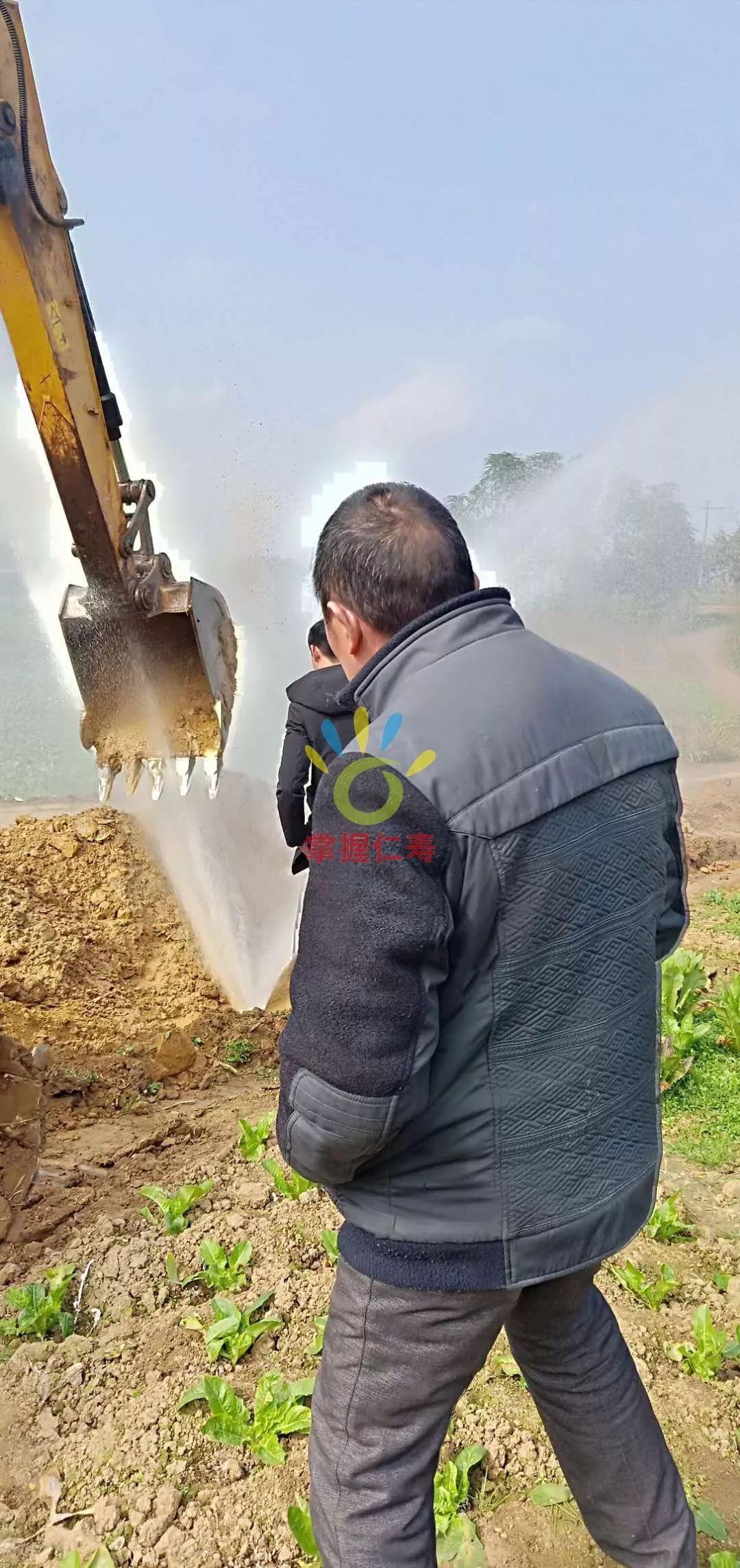 禄加镇这里挖水沟,结果把天然气和自来水管道都挖爆了,停气又停水……