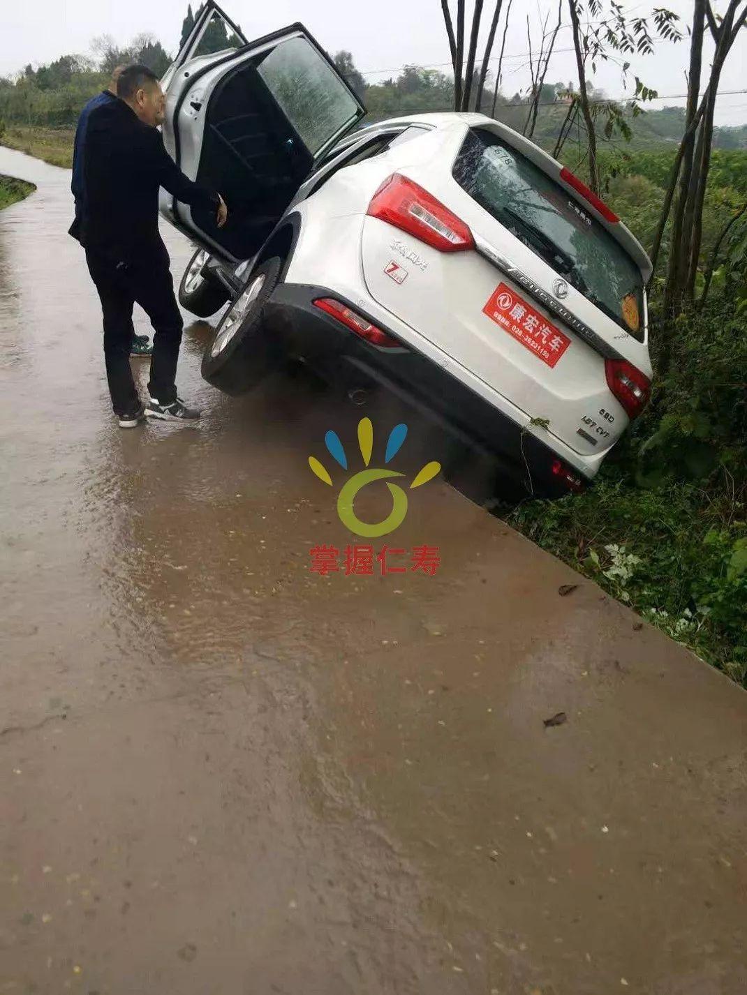 乡间小路请小心行驶,宝马一辆新车错车时不慎开出路面。